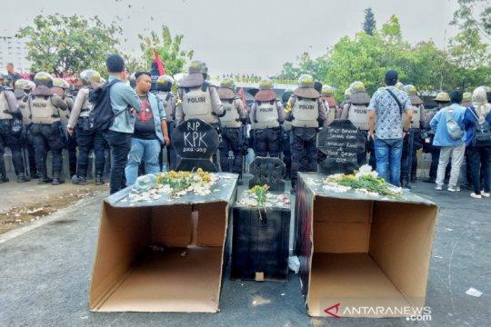 Empat almamater bawa bunga simbol solidaritas mahasiswa meninggal
