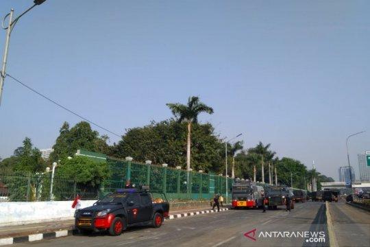 Pelantikan DPR, kendaraan taktis polisi disiagakan di Jalan Gatsu