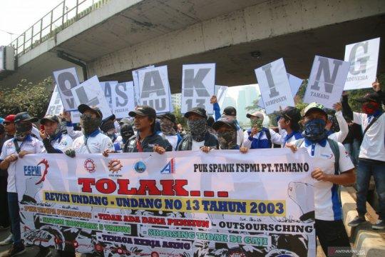 Massa buruh mulai tiba di simpang Jalan Gatsu - Jalan Pemuda