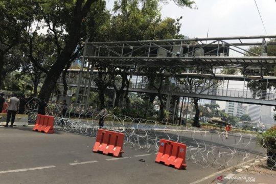 Polisi pasang kawat berduri di Jalan Medan Merdeka Barat