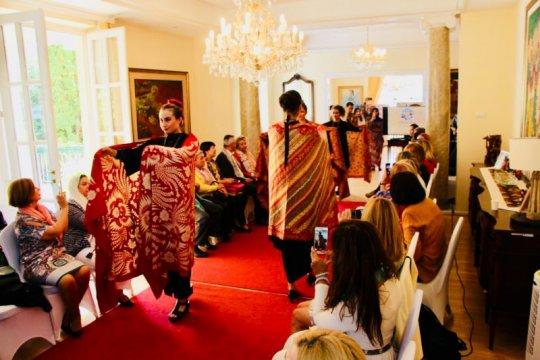 Hari Batik diperingati di Roma dan Budapest