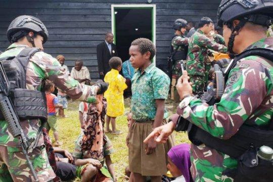TNI bagi pakaian batik kepada warga Nduga