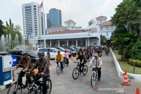 Bersepeda di Hari Batik, Anies kampanyekan hidup sehat setiap saat