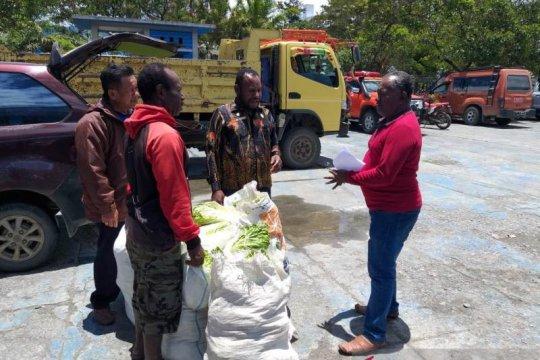 Masyarakat asli Jayawijaya bantu sayur-mayur untuk pengungsi