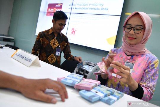 Pelayanan perbankan dengan berbusana batik