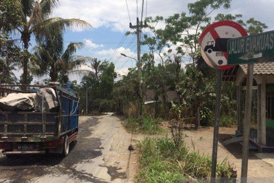 Akibat sering dilalui truk pasir, jalur evakuasi Merapi rusak parah