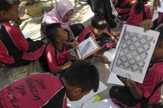 Siswa belajar melukis motif batik Page 2 Small