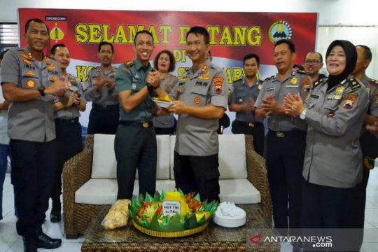 Polresta Surakarta datangi Kodim 0735/Surakarta bawa tumpeng HUT TNI