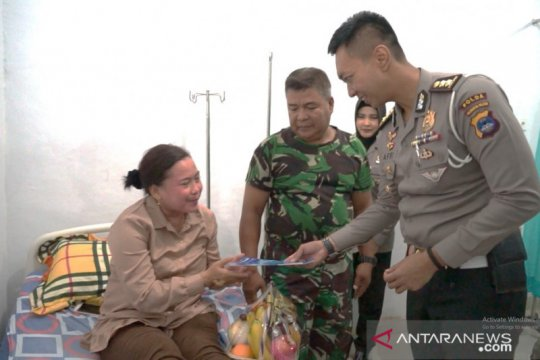 Sambut HUT TNI, anggota Ditlantas besuk keluarga TNI yang sakit