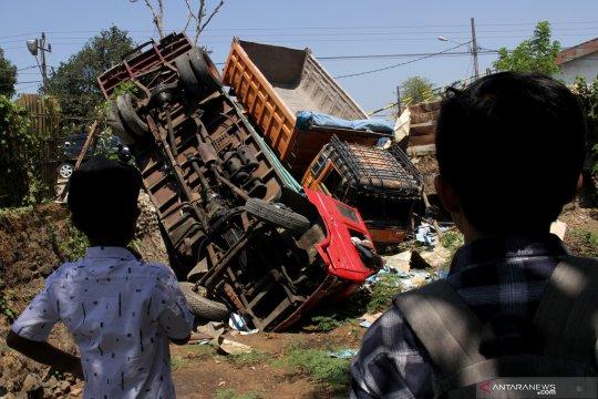 Kecelakaan mobil truk