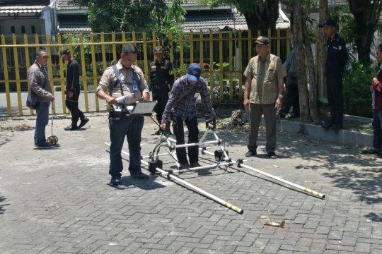 Badan Geologi survei area semburan sumur minyak Surabaya