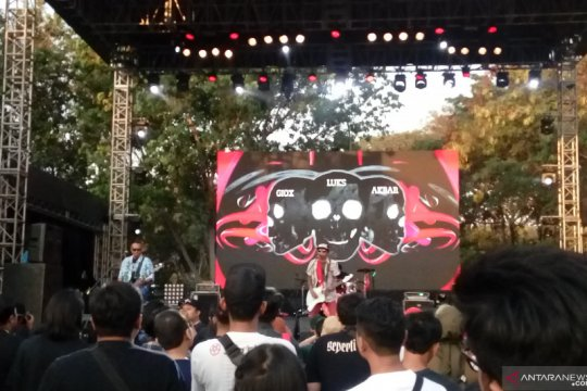 Momen haru Superglad saat tampil di Synchronize Festival