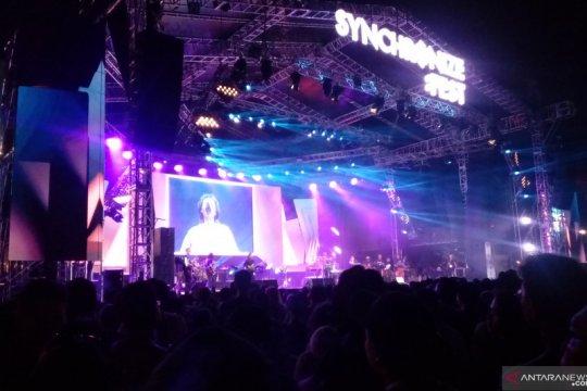 Erwin Gutawa berkaca-kaca kenang Chrisye di panggung Synchronize