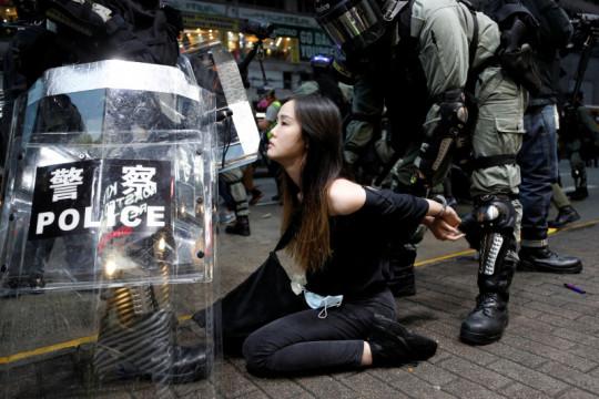 Ribuan pengunjuk rasa abaikan hukum anti-penutup wajah di Hong Kong