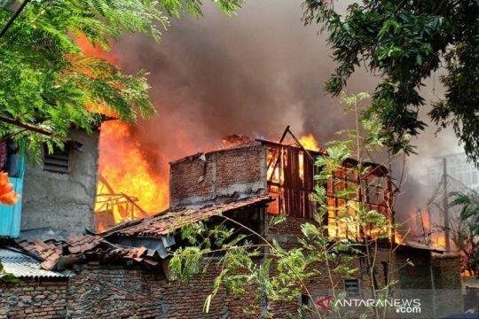 Kebakaran pemukiman di Jaksel, petugas turunkan 15 mobil damkar