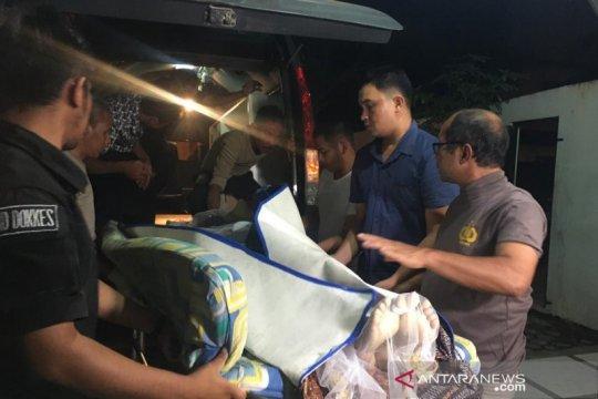 Jenazah Golfrid Siregar dibawa ke RS Bhayangkara untuk autopsi