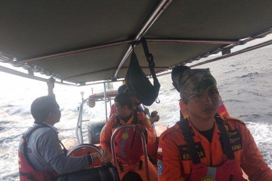 Seorang penumpang loncat dari kapal di laut Sumbawa