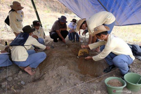 Pelajar belajar ekskavasi di situs Liyangan