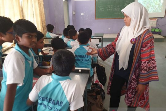 Urifah, guru SDN Mojorejo 1 Batu kenalkan budaya Indonesia di India