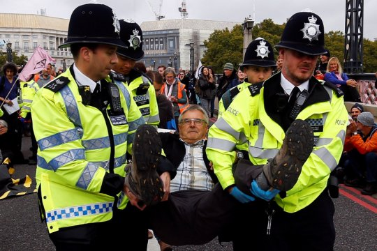 Polisi tangkap 300 pengunjuk rasa perubahan iklim di London
