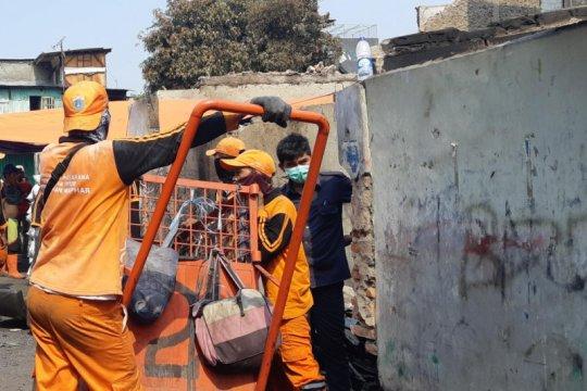 Petugas gabungan kerja bakti bersihkan sisa kebakaran Taman Sari
