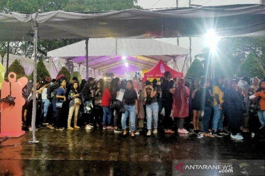 Diguyur hujan, semangat penonton konser Shawn Mendes tak luntur