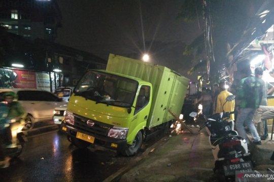 Hujan di Jakarta, truk terjebak di jalan ambles di Palmerah