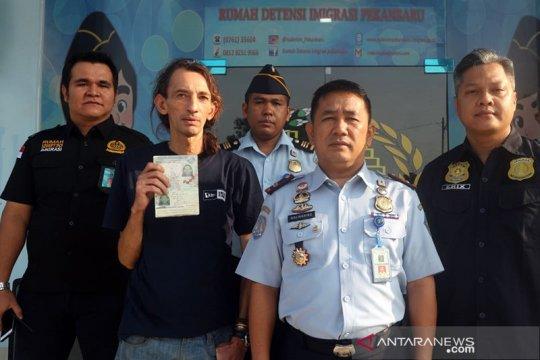"""Indonesia deportasi turis """"backpacker"""" Inggris"""