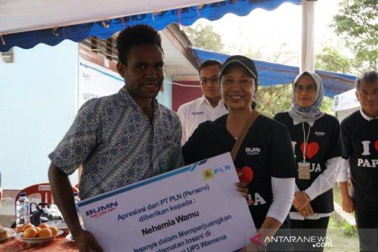 Rini beri penghargaan mahasiswa penyelamat aset PLN saat rusuh Wamena