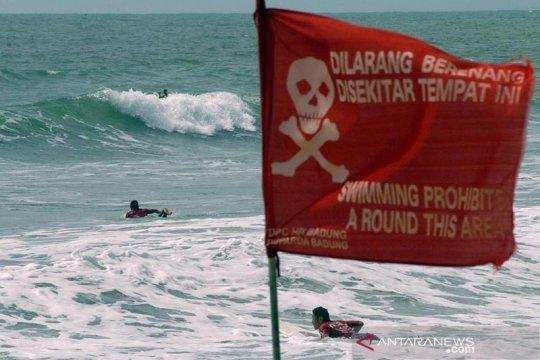 BPBD pasang spanduk larang berenang di Pantai Tiku