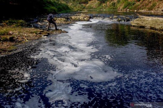 Sungai Cileungsi tercemar limbah pabrik