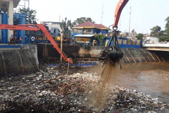Pintu Air Manggarai angkut 2.084 meter kubik sampah antisipasi banjir