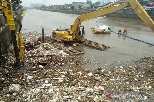 Kali Banjir Kanal Barat penuh sampah