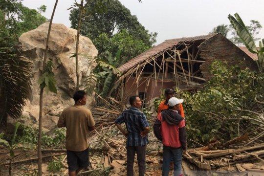 Pemkab Purwakarta telah mendata rumah tertimpa batu besar