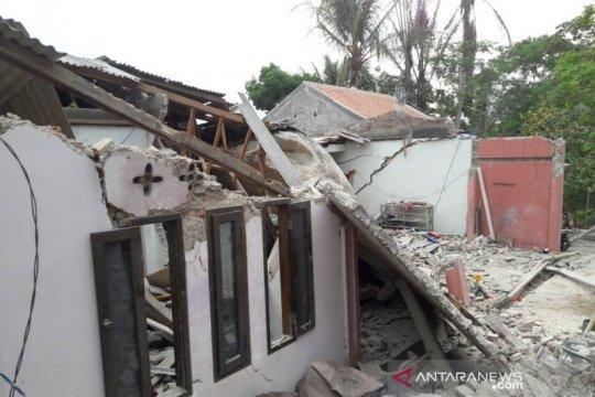 Sejumlah rumah dan sekolah ambruk tertimpa batu besar di Purwakarta
