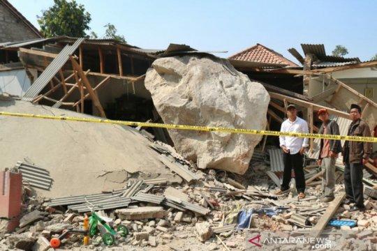Polisi periksa tiga saksi bebatuan timpa rumah warga Purwakarta