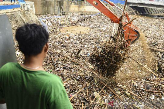 Tumpukan sampah di Pintu Air Manggarai
