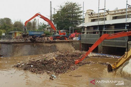 Sampah di Pintu Air Manggarai capai 156 truk pascahujan pertama
