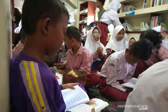 """Ikut tingkatkan literasi di Indramayu KAI hadirkan """"Rail Library"""""""