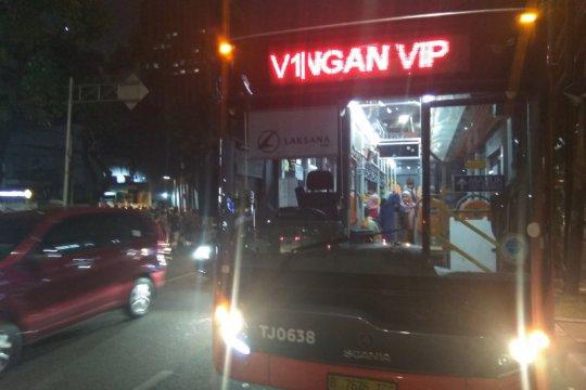 Satpol PP-Kesbangpol pindahkan pengungsi dari trotoar Kebon Sirih