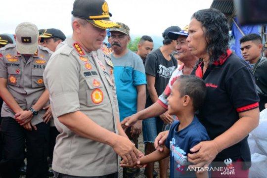 Kabaharkam polri serahkan bantuan korban gempa Maluku