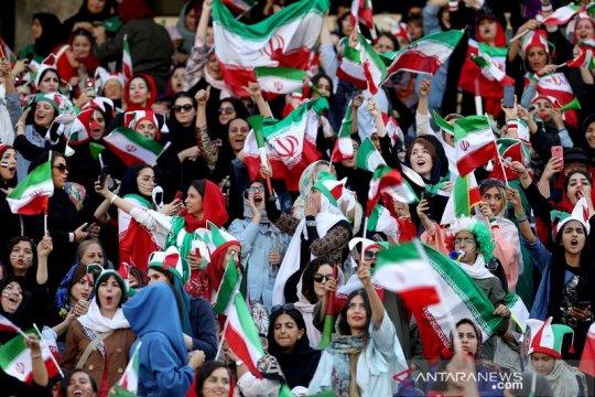 Tribun stadion Iran kini diramaikan penonton perempuan lagi
