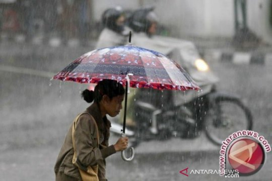 Sejumlah daerah di Sumbar berpotensi hujan lebat disertai kilat