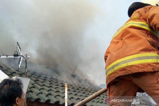 Rumah dua lantai di Ciracas terbakar