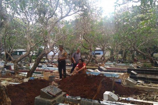 Tanah kering jadi kendala penggalian kubur untuk Akbar Alamsyah