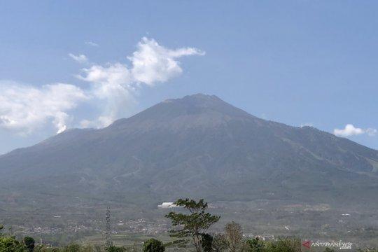 Api di Gunung Arjuno diupayakan untuk dipadamkan