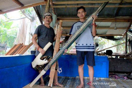 Perajin asal Palangka Raya mampu membuat mandau ukuran raksasa