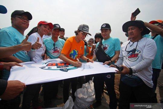 Sri Mulyani bersihkan Pantai Tanjung Pasir