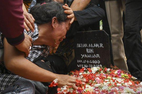 Usai pemakaman, Ibunda Akbar Alamsyah histeris