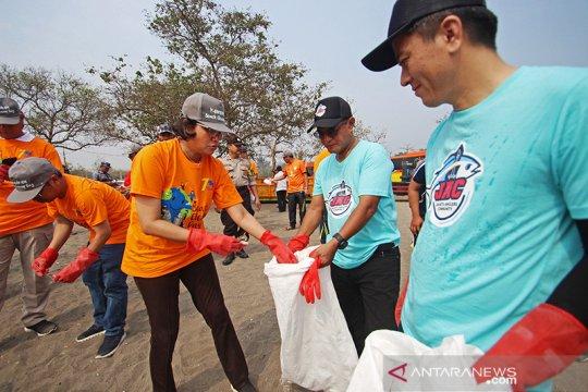 Hari Oeang ke-73, Sri Mulyani bersihkan sampah di Pantai Tanjung Pasir